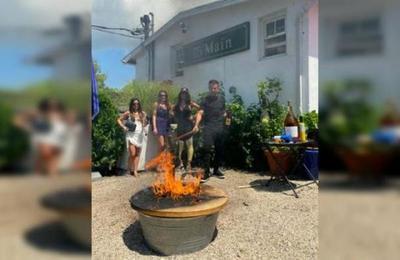 Dueño de restaurante quema mesa donde solían comer Jeffrey Epstein y Harvey Weinstein
