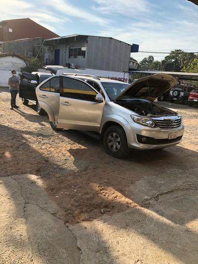 Detienen a presunto estafador que intentó vender auto robado en Brasil