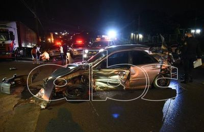 Violento choque contra un camión estacionado al costado de Acceso Sur