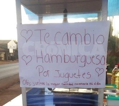Arriero hace trueque de hamburguesas por juguetes