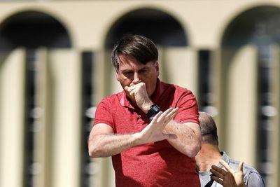 Con covid-19, Bolsonaro es visto sin mascarilla y conversando con barrenderos