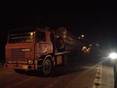Rolleros queman cubiertas y cierran ruta tras ser interceptados por funcionarios del MADES
