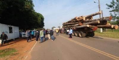 San Alfredo: funcionarios de MADES retienen carga de rollos de madera y población se manifiesta, hasta lograr la liberación