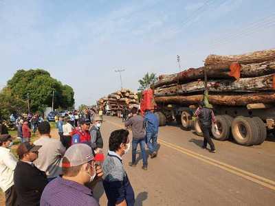 Liberan camiones con rollos en San Alfredo