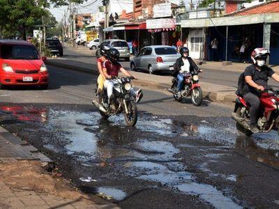 Baches  profundos y agua servida no dan tregua a las  calles de  Asunción