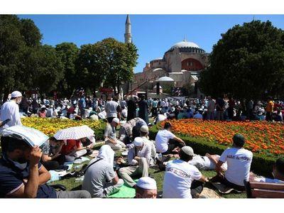 Rezo musulmán en Santa Sofía reúne a miles de  personas