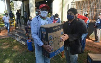 Entregan mochilas pulverizadores a productores de Yguazú