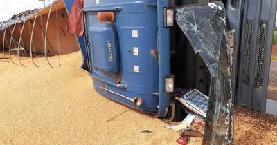 Vuelco de camión deja solo daños materiales
