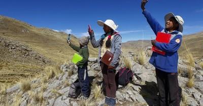 Alumnos andinos peruanos suben a un cerro para clases virtuales