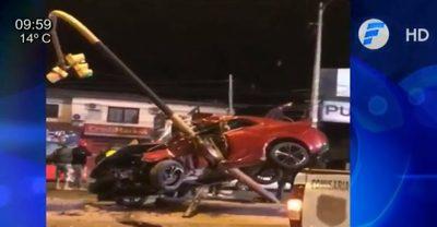 Vehículo quedó incrustrado en semáforo