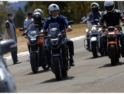 Bolsonaro se cura de Covid-19 y sale a pasear en moto