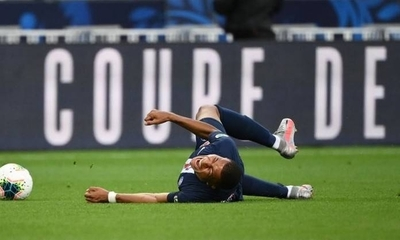 HOY / El PSG confirma el esguince de Mbappé, de baja tres semanas