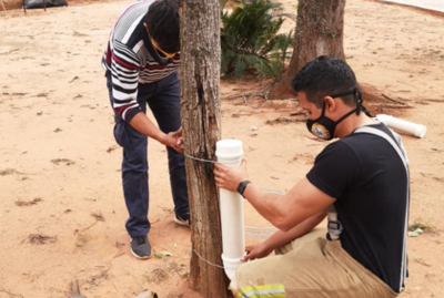 ¡Un gesto para admirar! Bomberos voluntarios instalan comederos para perritos de la calle