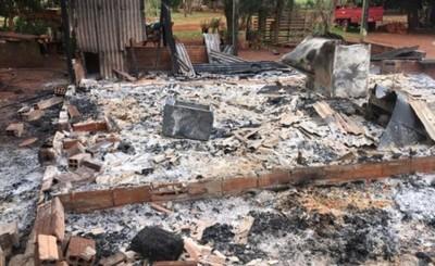 Incendios consumieron dos viviendas y un automóvil