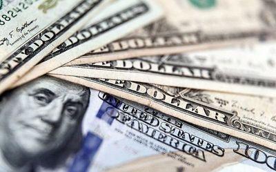 El dólar retrocede en el inicio de operaciones de la semana