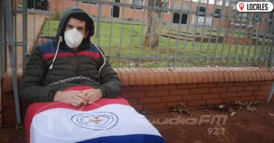 Joven se encadena frente a la Municipalidad de Jesús y exige la presencia de autoridades de la comuna