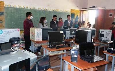 Emotiva entrega de electrónicos a niños indígenas de Guairá • Luque Noticias