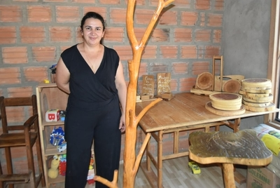 Artesana de muebles en palo santo sostiene su emprendimiento con apoyo del CAH