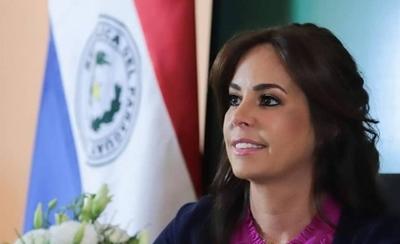 HOY / La Primera Dama se estrena como conductora de TV en programa de apoyo a emprendedores