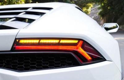 Obtiene casi 4 millones de dólares para ayuda contra el Covid-19 y se compra un Lamborghini