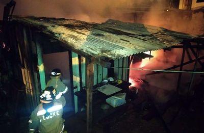 Incendio consumió un precario depósito