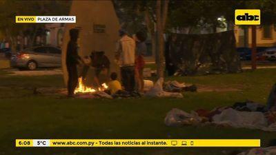 Indígenas en Plaza de Armas se exponen a bajas temperaturas