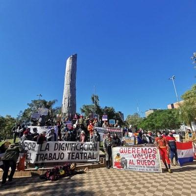 Artistas se manifiestan frente al Congreso Nacional exigiendo la aprobación del proyecto de ley de subsidio