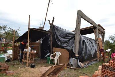 Madre de cinco niñas vive bajo carpas y pide ayuda para construir su casa
