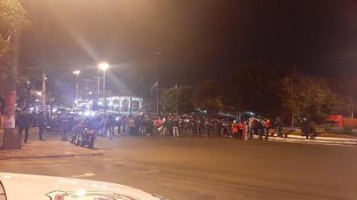 """Manifestantes cierran ruta y queman cubiertas en rechazo a la """"cuarentena casi total"""" en Alto Paraná"""