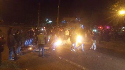 Bomberos asistieron a dos heridos y denuncian que manifestantes los amenazan