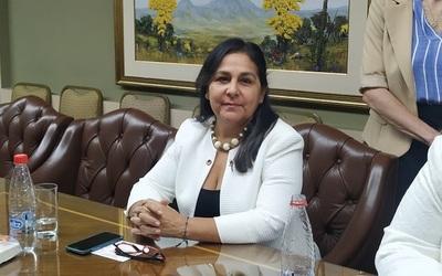 """Senadora advirtió que al presidente Abdo que """"se le va de las manos"""" su gobierno"""