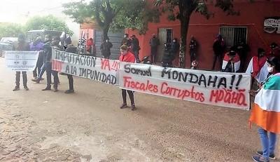 Pobladores de Arroyito exigen imputación del intendente, acusado de vaciar la Municipalidad