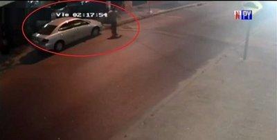 En menos de 3 minutos le roban el auto frente a su casa