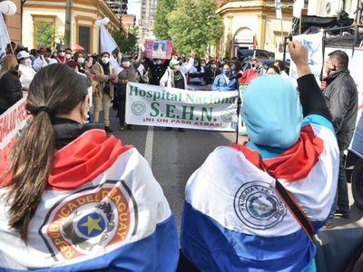 Enfermeros se movilizan en el microcentro de Asunción