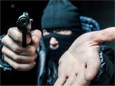 Delincuentes simulan un choque para asaltar a una empresaria