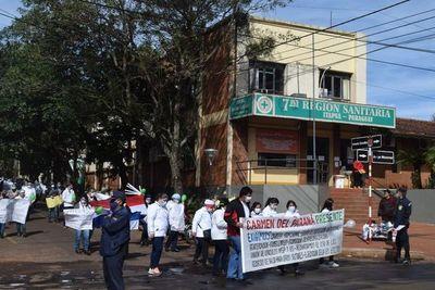 Profesional de salud están hace ocho meses sin cobrar en Itapúa