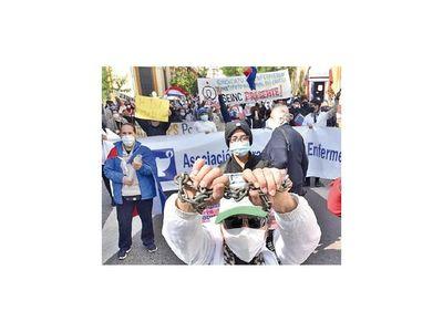 Enfermeras  copan  calles   por  reclamos laborales