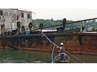 Iniciaron el vaciamiento del buque semihundido en  Cambyretá, Itapúa