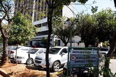 Funcionarios se adueñan de estacionamiento en Comuna