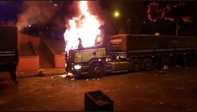 Dos camiones incendiados y 18 con destrozos deja acción de vándalos