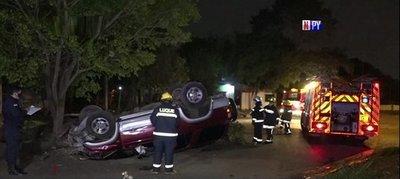 Conductor se salva de milagro tras chocar contra un árbol y volcar
