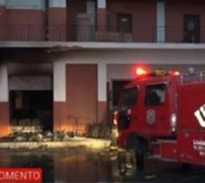 Dependencia policial se incendia y oficiales se salvan de las llamas