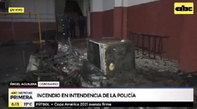 Incendio consume dependencia policial