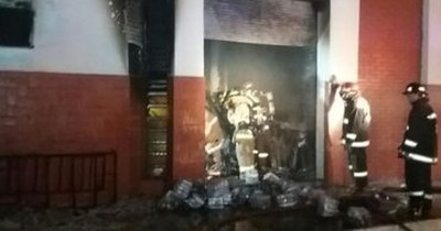 Bomberos controlan incendio en Intendencia de la Policía Nacional