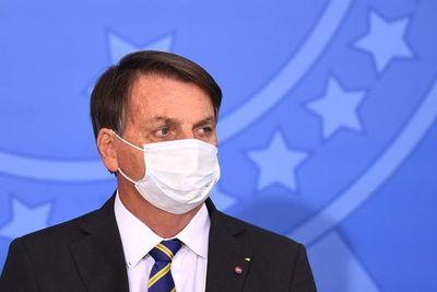 Bolsonaro dice que toma antibióticos por infección pulmonar después de COVID