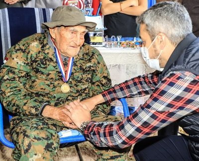 """Abdo llama a la conciliación para vencer a la """"guerra epidemiológica"""", en visita a excombatiente"""