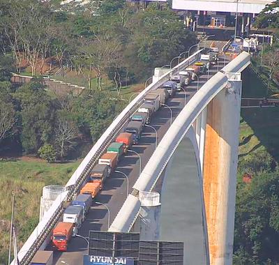 Camioneros brasileños analizan paralizar transporte de cargas hacia Paraguay