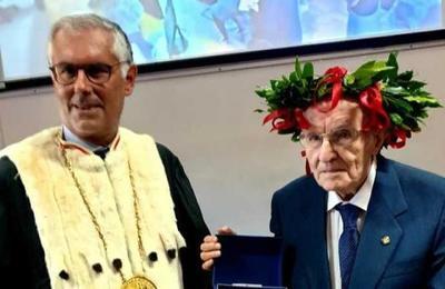 Nunca es tarde: anciano consigue título universitario a los 96 años