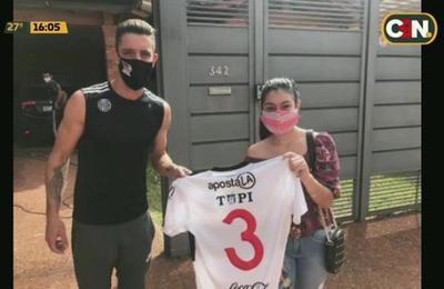 Ale Silva entrega camiseta a aficionada y rompe protocolo sanitario