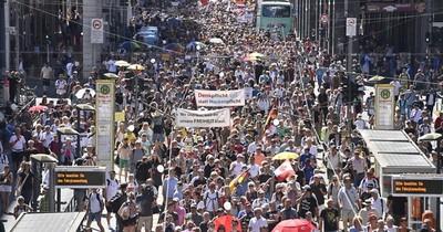 Miles de personas en Berlín protestan contra las restricciones por coronavirus